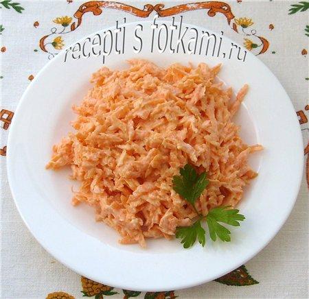Салат из моркови с чесноком и сметаной