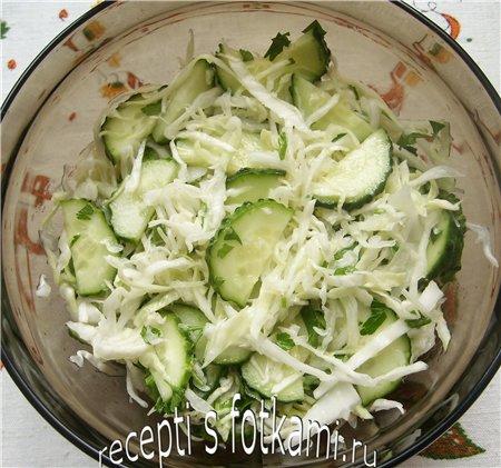 Салат из свежей капусты и огурцов с маслом