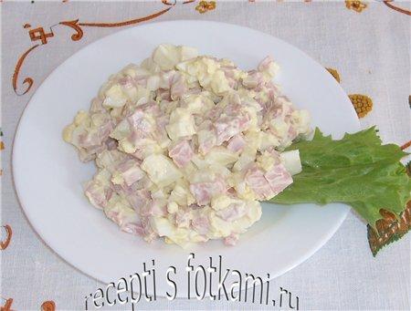 Салат с варёной колбасой и яйцами