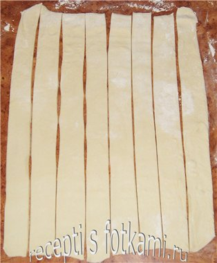 Раскатываем и нарезаем тесто