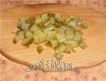 Нарезаем соленые огурцы