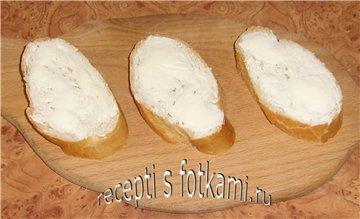 Намазываем хлеб маслом