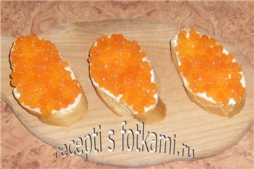 Кладём икру на хлеб с маслом