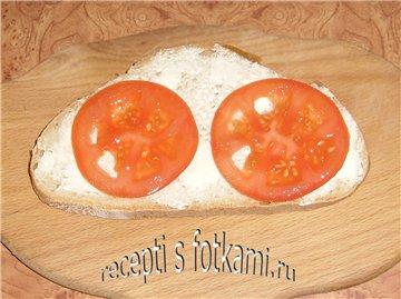 Кладём помидоры на хлеб