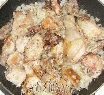 Обжариваем лук с курицей