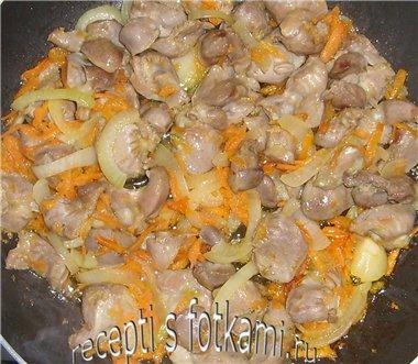 Обжариваем желудки с овощами