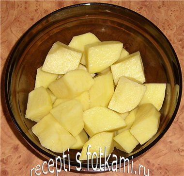 Чистим и разрезаем картошку