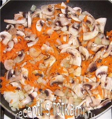 Обжариваем лук, морковь и шампиньоны