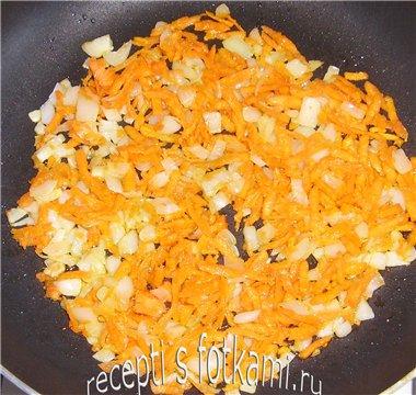 Обжариваем лук с морковью