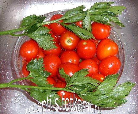 Моем помидоры и сельдерей